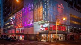 Melbourne VIC/Australia-March 22nd 2018: byggnaden av mitten för Footscray Plazashopping på natten royaltyfri bild