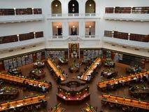 Melbourne, Victoria, Australië, 5 Oktober 2013 De Bibliotheek van de de ruimtestaat van La Trobe van de lezingsruimte van Victori Royalty-vrije Stock Afbeelding