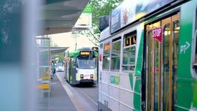 Melbourne, Victoria/Australien - 22. Oktober 2018: Trams, die einen Tramhalt in Melbourne lassen stock footage
