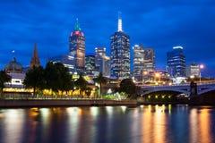 Melbournes Skyline an der Dämmerung stockfotografie