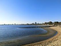Melbourns CBD no discance de St Kilda Beach, Melbroune, Austrália em um por do sol sem nuvens foto de stock