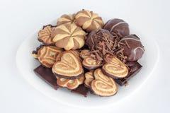 Melcocha, chocolate y galletas mintiendo en la placa negra Fotografía de archivo