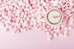 Melcocha colorida con la bebida de leche en fondo rosado Copyspa Foto de archivo