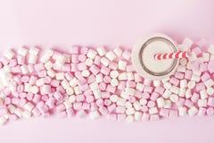 Melcocha colorida en fondo rosado Copyspace Imagen de archivo