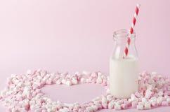 Melcocha colorida en fondo rosado Copyspace Imagen de archivo libre de regalías