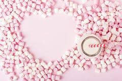 Melcocha colorida en fondo rosado Copyspace Imagenes de archivo