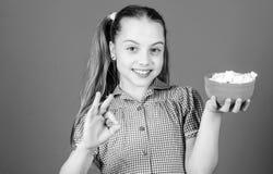Melcocha deliciosa La tienda del caramelo Peque?a muchacha comer la melcocha deliciosa Comida sana y cuidado dental Peque?o feliz imágenes de archivo libres de regalías