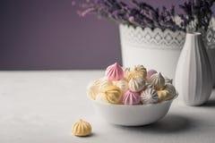 Melcocha dulce en una taza, postre delicioso, lavanda en un vaso imagenes de archivo