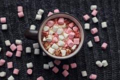 Melcocha en una taza con cacao Fotografía de archivo