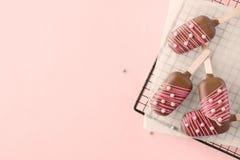 Melcocha formada como helado en el palillo Adornado con el caramelo fotografía de archivo libre de regalías