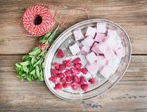 Melcocha hecha en casa con las frambuesas frescas, prisionero de guerra de la frambuesa del azúcar Foto de archivo libre de regalías