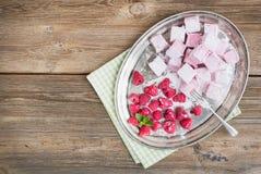 Melcocha hecha en casa de la frambuesa con las frambuesas y el azúcar frescos Foto de archivo
