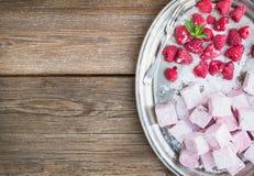 Melcocha hecha en casa de la frambuesa con las frambuesas y el azúcar frescos Fotos de archivo