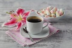 Melcocha torcida tradicional en disco con café Foto de archivo