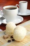 Melcochas con los cocos y la taza de café Imagen de archivo libre de regalías