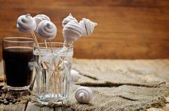 Melcochas de las bayas con el vidrio de café Imagen de archivo