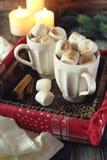 Melcochas del Año Nuevo en dos tazas y velas Foto de archivo libre de regalías