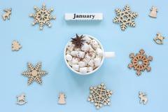 Melcochas del cacao de la taza de enero del calendario y copos de nieve de madera grandes fotografía de archivo