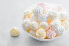 Melcochas dulces en una taza, postre delicioso, en un fondo blanco imagen de archivo libre de regalías