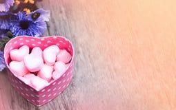 Melcochas rosadas en caja rosada del corazón imagen de archivo libre de regalías