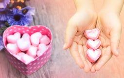 Melcochas rosadas en caja rosada del corazón fotografía de archivo