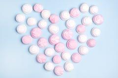 Melcochas sabrosas del rosa y blancas en la forma del fondo puesto plano Valentine Pink del amor del concepto de la comida de la  Imagen de archivo libre de regalías