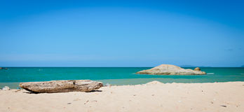 Melden Sie einen sonnigen Strand an lizenzfreies stockbild