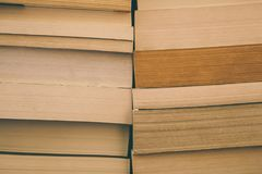 Meldet Hintergrund an Alte Weinlese bucht Hintergrund Bildung und Wissen, lernt, Studien- und Klugheitskonzept Stapel alte Bücher Stockbild