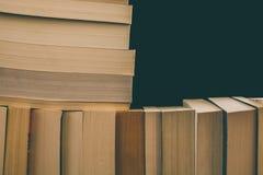 Meldet Hintergrund an Alte Weinlese bucht Hintergrund Bildung und Wissen, lernt, Studien- und Klugheitskonzept Stapel alte Bücher Lizenzfreies Stockfoto