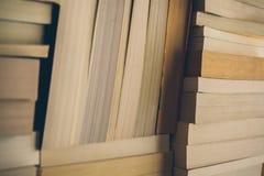 Meldet Hintergrund an Alte Weinlese bucht Hintergrund Bildung und Wissen, lernt, Studien- und Klugheitskonzept Stapel alte Bücher Stockbilder