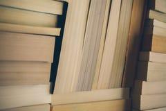Meldet Hintergrund an Alte Weinlese bucht Hintergrund Bildung und Wissen, lernt, Studien- und Klugheitskonzept Stapel alte Bücher Lizenzfreie Stockfotografie