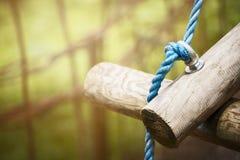 Meldet Seilbrücke in kletterndem Wald oder in Hochseilpark auf sonnigem Hintergrund der Natur, Abschluss oben an Lizenzfreie Stockfotos