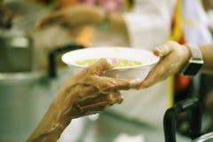 Meldt zich Aandeelvoedsel aan de Armen aan om Honger te verlichten: Liefdadigheidsconcept royalty-vrije stock foto