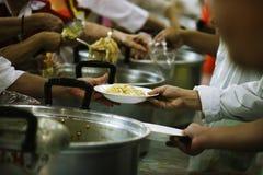 Meldt zich Aandeelvoedsel aan de Armen aan om Honger te verlichten: Liefdadigheidsconcept royalty-vrije stock fotografie