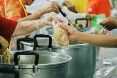 Meldt zich Aandeelvoedsel aan de Armen aan om Honger te verlichten: Liefdadigheidsconcept royalty-vrije stock afbeeldingen