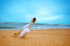 Meldung in der Flasche lizenzfreie stockfotos
