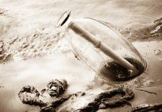 Meldung in der Flasche auf dem Strand Lizenzfreies Stockbild