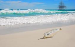 Meldung in der Flasche auf Strand Stockfotografie