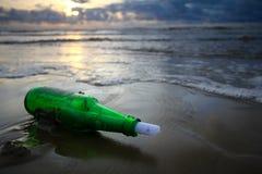 Meldung in der Flasche am Sonnenuntergang Stockbild