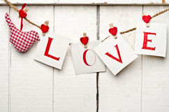 Meldung der Liebe geschrieben auf Papierkarten Lizenzfreies Stockfoto