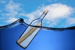 Meldung in einer Flasche. lizenzfreie stockbilder