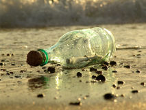 Meldung in einer Flasche - 2 Stockfoto