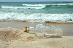 Meldung in einer Flasche Stockfotos