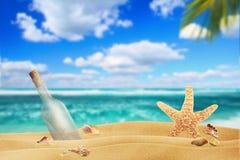 Meldung in einer Flasche auf dem Strand stockfoto