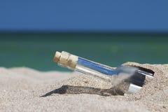 Meldung in einer Flasche mit Meer und dem Horizont Lizenzfreie Stockfotos