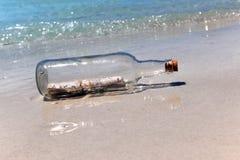 Meldung ina Flasche auf Sandy-Ufer lizenzfreies stockfoto