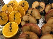 Mele al forno ed arancia con cannella su fondo rustico Dessert di inverno o di autunno Immagine Stock Libera da Diritti