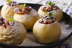 Mele al forno farcite con l'uva passa e le noci su un primo piano del piatto Fotografie Stock