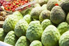 Mele cannella al mercato di frutta Fotografia Stock