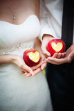 Mele con un cuore nelle mani Fotografia Stock Libera da Diritti